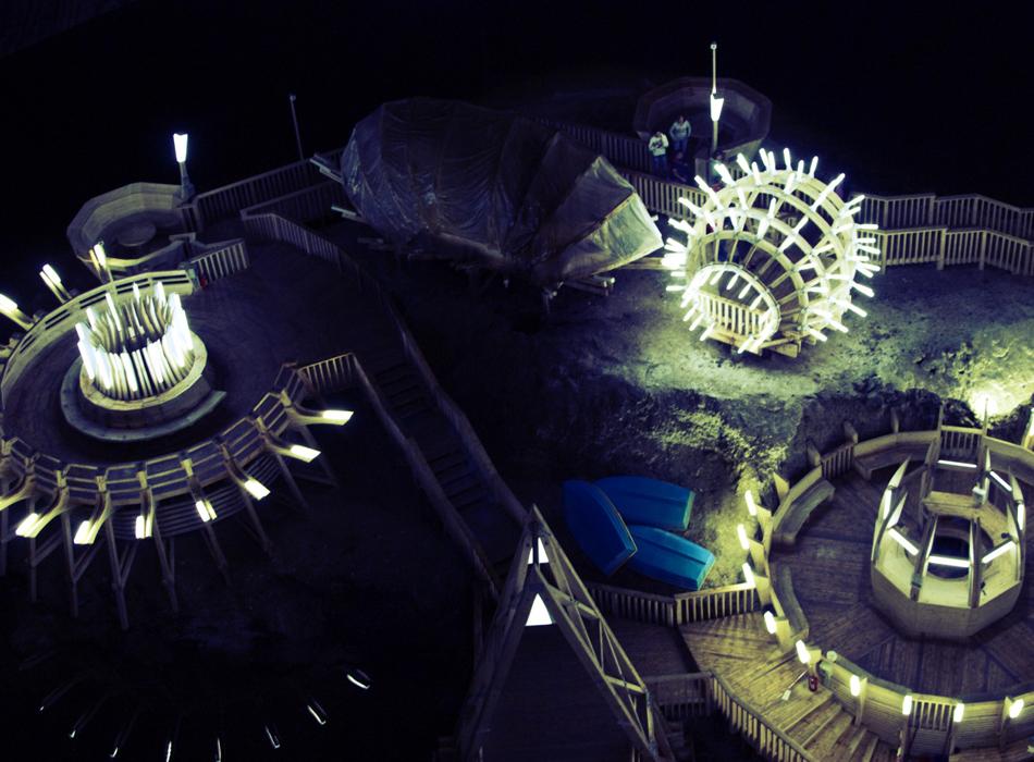Подземный парк развлечений в шахте Салина Турда включает в себя множество аттракционов, боулинг-клуб, спа-салон, подземное озеро с лодками для водных прогулок и даже единственное в мире подземное колесо обозрения.