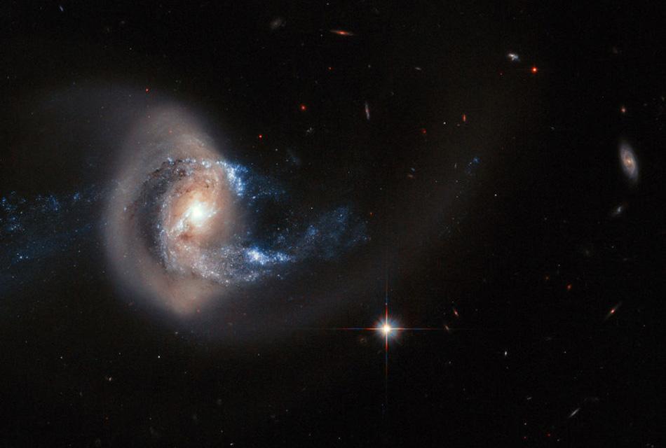Зарождение новой галактики в окрестностях NGC 7714, находящейся от Земли в 100 миллионах световых лет.