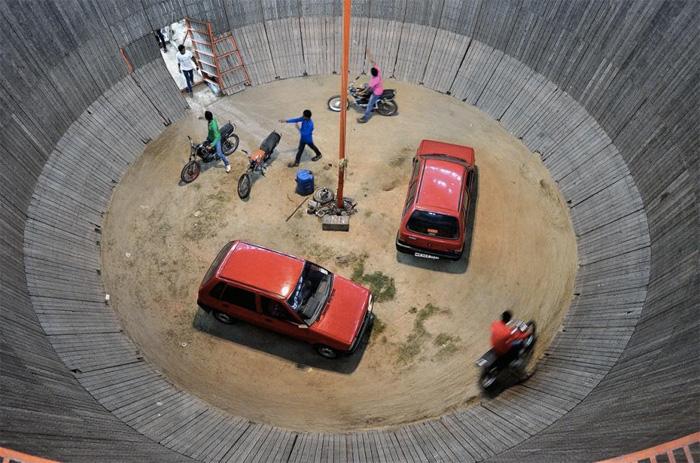 Смертельный аттракцион проходит внутри конструкции цилиндрической формы, диаметром от 9 до 15 метров. Участники заезда стартуют против часовой стрелки в нижней части конуса, которая имеет небольшой уклон. Разогнавшись, они переходят на горизонтальную часть конструкции.