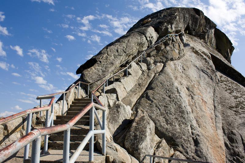 Моро, США Возраст этого гранитного монолита в форме купола оценивается в 100 млн. лет. Относительная высота Моро составляет 75 метров. На вершину монолита можно подняться по лестнице, состоящей из 400 ступенек.