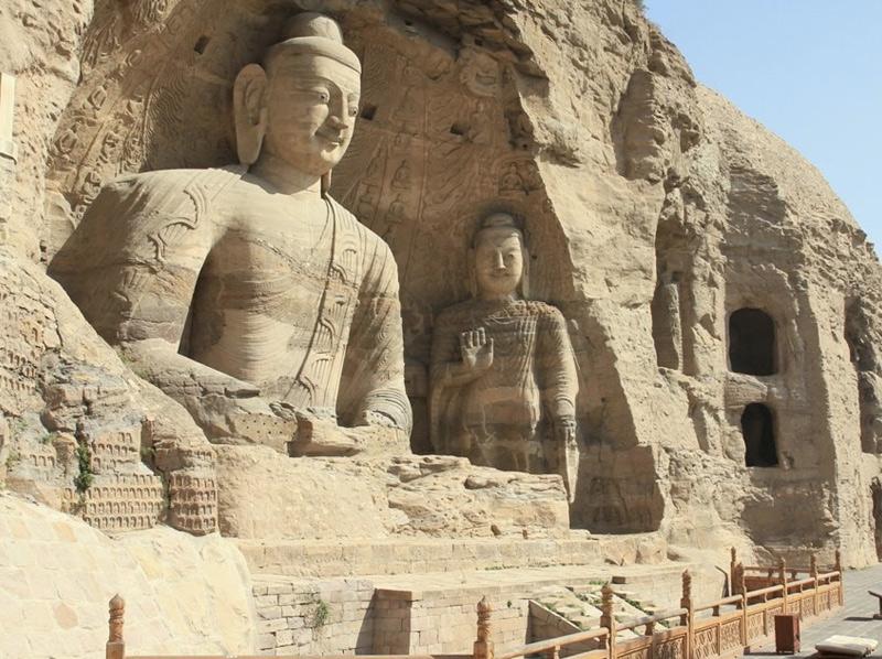 Юньган Это древний комплекс, состоящий из 252 рукотворных пещер. Гроты содержат около 51 000 изображений Будды, некоторые из которых достигают в высоту 17 метров.
