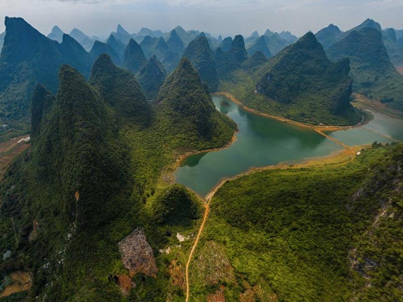 Гуйлинь, Китай Находится парк на юге Китая, на берегу реки Лицзян. В переводе с китайского «Гуйлинь» означает «лес деревьев кассии». Название было выбрано не случайно, ведь столпы местного известняка по внешнему виду напоминают каменный лес. Горы покрывает густая растительность, состоящая из лиан, деревьев и цветов.Лучший способ рассмотреть все красоты природы — совершить путешествие на лодке по реке Лицзян из Гуйлинь в Яншо.