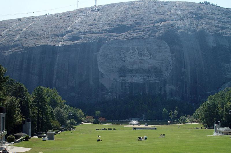 Стоун-маунтин, США Гранитный монолит высотой 250 метров имеет более 8 км. в окружности. Гору украшает крупнейший в мире резной барельеф «Мемориал Конфедерации», имеющий площадь около 12000 кв.м.