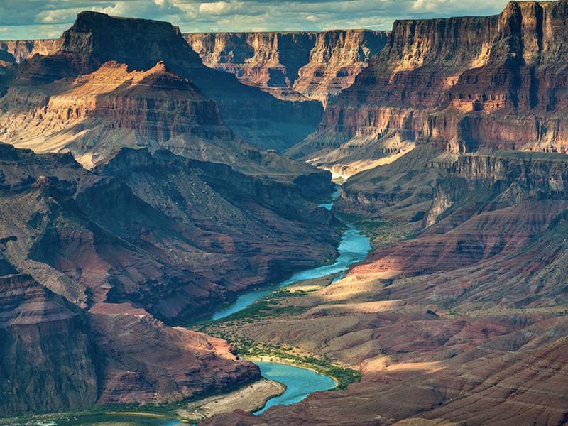 Гранд-Каньон, США Площадь: 4927 км² Один из старейших национальных парков США разместился в штате Аризона. Главным достоянием национального парка является ущелье реки Колорадо. Его длина составляет 350 км, а его глубина достигает 1900 метров. Формировался каньон в течение примерно 10 млн. лет: здесь представлено целых 4 геологических эры Земли. Каньон заполнен многочисленными утесами самых невероятных форм, напоминающих башни, пирамиды и храмы.