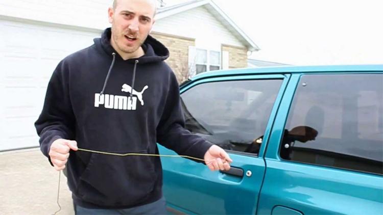 Открыть машину Оказывается, из проволочной вешалки можно сделать инструмент для взлома машин, и об этом знают многие автомобильные воры. Вставил распрямленную вешалку между стеклом и герметизирующей прокладкой, надавил – готово! Замок открыт. Но не вздумайте использовать этим способом без крайней необходимости. Какой? Вот закроете ключи в машине, поймете.