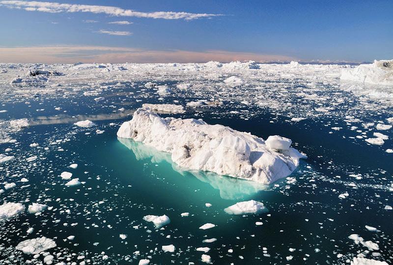 Фьорд Илулиссат, Гренландия 40-километровый фьорд Илулиссат заполнен айсбергами, которые сползают с ледника шириной 5 км. Сермек-Куджаллек. Дрейфующие глыбы льда отличаются самыми разнообразными формами и размерами. Движущийся айсберги издают необычные звуки, которые слышны за несколько километров. На солнце айсберги переливаются самыми разными оттенками синего и белого цвета, создавая невероятную по красоте сюрреалистическую картину.