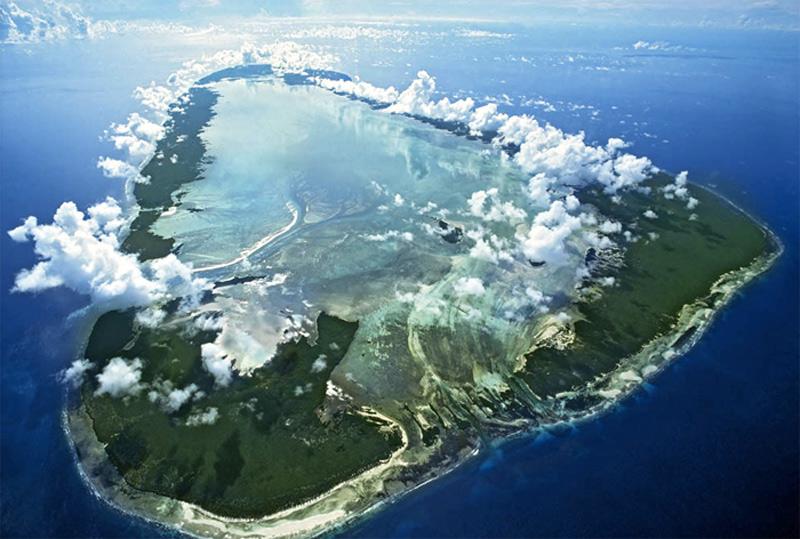 Альдабра, Сейшелы Это второй в мире по размеру атолл после Острова Рождества. На площади 34 км. в длину и 14,5 км. в ширину обитает уникальная популяция гигантских сухопутных черепах. Альдабра принадлежит к числу немногих, оставшихся на планете коралловых атоллов, которые практически не затронула цивилизация.