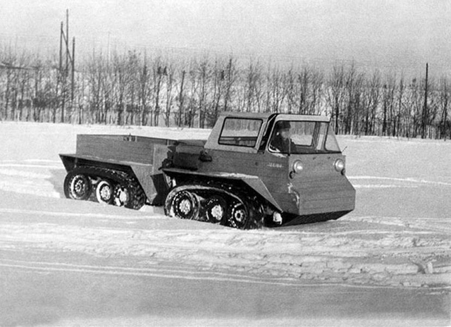Модель НАМИ-0106 1965 год Сварной герметичный корпус, бортовые тормоза и шасси, изготовленное из легчайших сплавов, позволяли этой модели уверенно чувствовать себя практически на любой местности. НАМИ-0106 был очень маневренен, мог плавать и прекрасно справлялся с заснеженными подъемами.