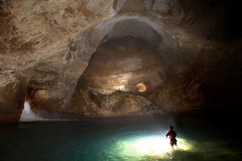 Попасть в пещеру можно только в составе одной из спелеологических экспедиций, да и то, только если есть соответствующие альпинистские навыки и специальное спелеологическое оборудование.