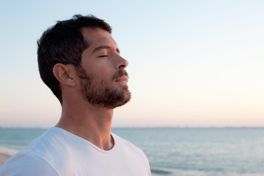 Контроль дыхания Этот прием работает не только по утрам. Дыхательные практики стали популярны благодаря широкому распространению восточной культуры, но в обыденной жизни их используют редко. И очень зря: простейшее упражнение способно успокоить нервы гораздо эффективнее вредной сигареты. Проснувшись, нащупайте пульс. На четыре удара делаете вдох, задерживаете воздух на два, выдыхаете снова на четыре, не дышите на два, затем еще один вдох на четыре удара и заново. Важно сосредоточиться на дыхании, не позволяя мыслям отлететь по своим делам. Трех минут вполне хватает, чтобы привести нервную систему в полный порядок.