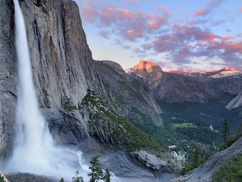 Йосемити, США Площадь: 3081 км² Парк раскинулся на западных склонах горного хребта Сьерра-Невада. Визитной карточкой парка являются гигантские секвойи, скала Эль-Капитан, куполовидная складка Хаф-Доум и множество водопадов.Йосемити включает пять основных зон растительности. Протяженность туристических маршрутов на территории природоохранной зоны составляет 1300 км.