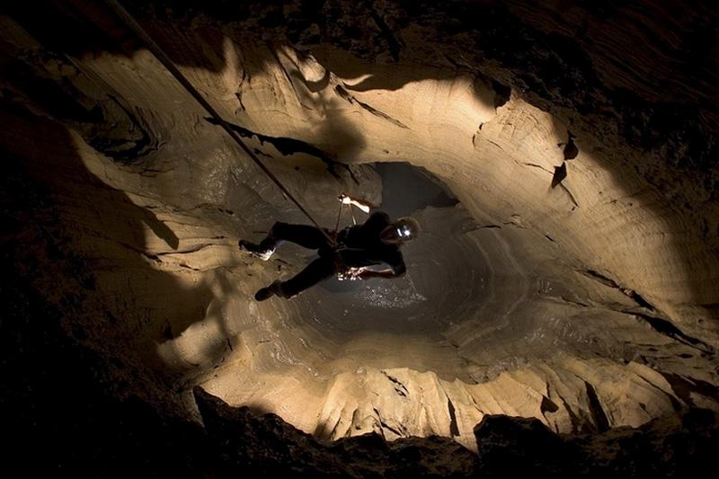 Крубера-Воронья представляет собой карстовую пещеру субвертикального типа. Она состоит из череды колодцев, соединенных между собой ходами и галереями.