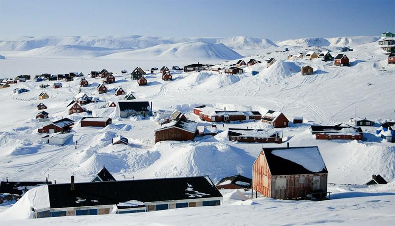 Иллоккортоормиут, Гренландия Город считается самым северным городом на планете. Добраться до него можно лишь совершив путешествие сначала на самолете, а затем на вертолете или лодке. Долгое время основными обитателями этого места были полярные медведи, овцебыки и тюлени. В 1925 году на этих землях появились первые поселенцы. На данный момент население города составляет около 500 человек.