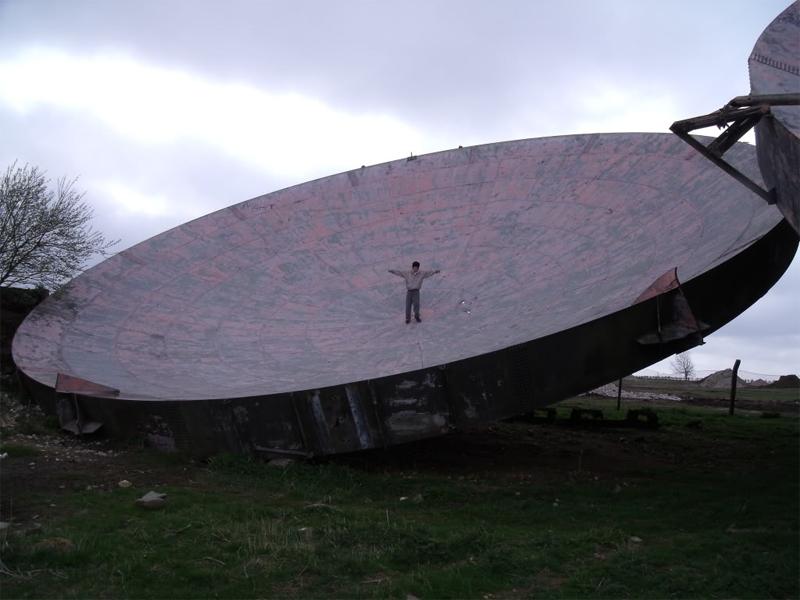 Комплекс RAF Линкольншир, Англия Крупнейший радарный центр Англии строился уже во время Второй мировой войны. Огромные тарелки до сих пор напоминают местным жителям инопланетные корабли, совершенно случайно приземлившиеся на окраине острова.