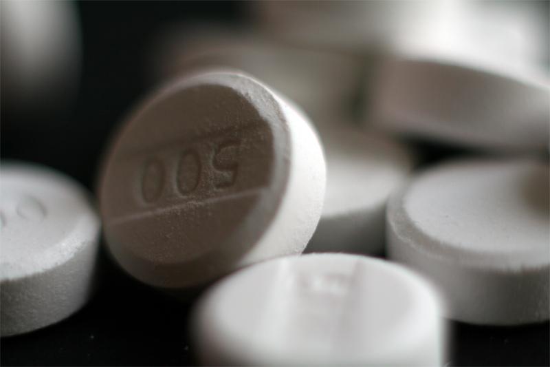 Анальгетики Снимают слабую и среднюю боль. Кодеин отлично подходит для лечения головной и зубной боли. Дозировка: одна таблетка каждые шесть часов по необходимости. В качестве побочного эффекта может вызывать запор, так что может быть использован и для лечения кишечных расстройств.