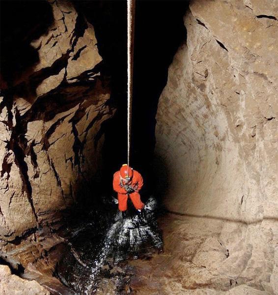 До июня 2001 года самой глубокой пещерой в мире считалась пещера Лампрехтсофен глубиной 1632 метров, расположенная в Северных Известняковых Альпах, пока экспедиция Украинской Спелеологической Ассоциации при участии московских спелеологов не поставила рекорд мира, достигнув отметки в 1710 метров в пещере Крубера-Воронья.