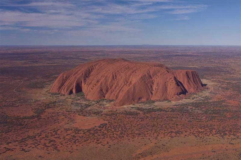 Улуру, Австралия Массивная оранжево-коричневая скала овальной формы сформировалась около 680 млн. лет назад. Находится она посреди пустыни. Длина монолита составляет 3,6 км, ширина — около 3 км, а возвышается гора на 348 метров. В основании горы имеются пещеры, в которых сохранились древние рисунки.