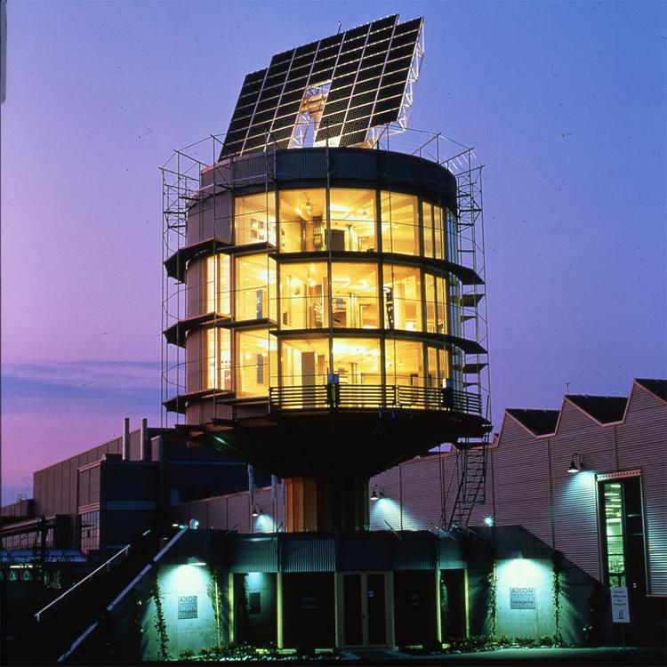 Гелиотропный вращающийся дом Фрайбург, Германия Ярый защитник экологии архитектор Рольф Диш построил дом, работающий на солнечной энергии. Зимой это экологически чистое жилье обращается фасадом к солнцу, обогревая весь дом, а летом, наоборот, отворачивается от светила, обеспечивая хорошую теплоизоляцию. Жить в постоянно крутящемся строении звучит не слишком-то комфортно, но ради спасения экологии рискнуть стоит.