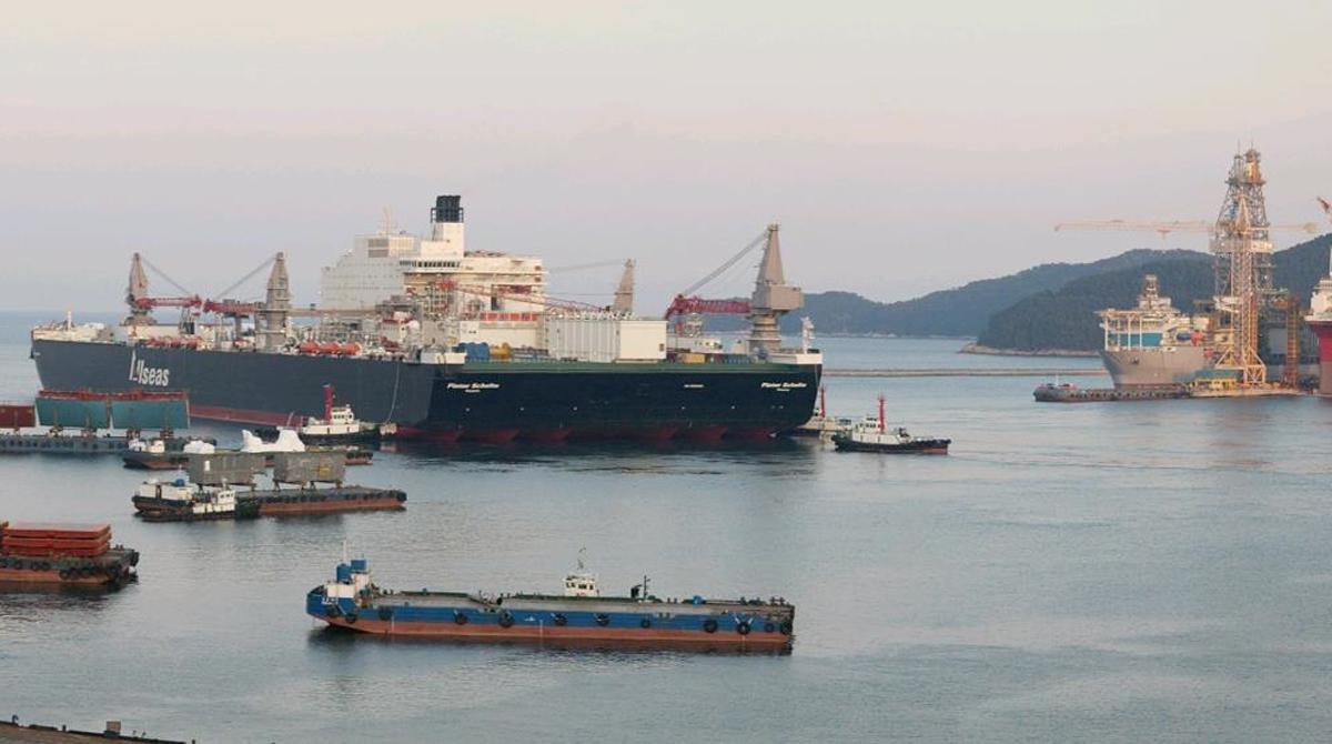 Этап строительства Заказчикомсамого большого в мире судна-крана являетсякомпания Allseas, которая не собирается останавливаться на достигнутом: следующий сооруженный ими корабль будет иметь в ширину 160 метров и 400 метров в длину. Новое судно будет сдано в эксплуатацию не позже 2020 года. Строительство гигантов ведется на верфях в Южной Корее.