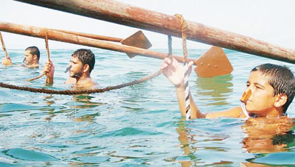 Своему ремеслу потомственные ныряльщики начинают обучать своих детей с раннего возраста. Таким образом, к 7-8 годам дети без труда погружаются на несколько метров, а к 15 годам ныряют за жемчугом наравне со взрослыми.