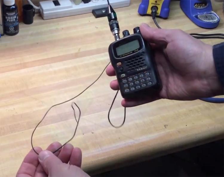 Поймать радиостанцию А еще нашу металлическую вешалку можно использовать в качестве антенны для радио или рации. Это может спасти жизнь, случись тебе заблудиться в дикой безлюдной местности.