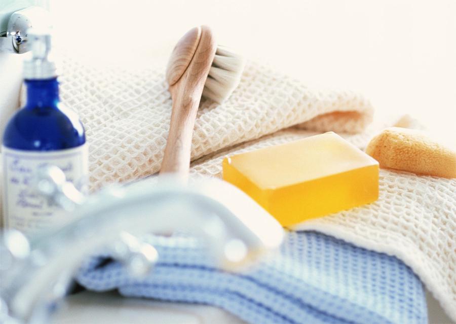Гигиена Не нужно перегружать свой НЗ-вещмещок. Положите в комплект зубную щетку, пасту, кусок мыла и полотенце. Шампунь, любимую банную шапочку и прочие резиновые игрушки (о чем это вы подумали?), оставьте дома. Если катастрофа вдруг обрушит нашу цивилизацию, то этого минимального набора хватит вам на долгое время, а все необязательные, но приятные бонусы вы вполне сможете отобрать у более слабых. Победа или смерть!