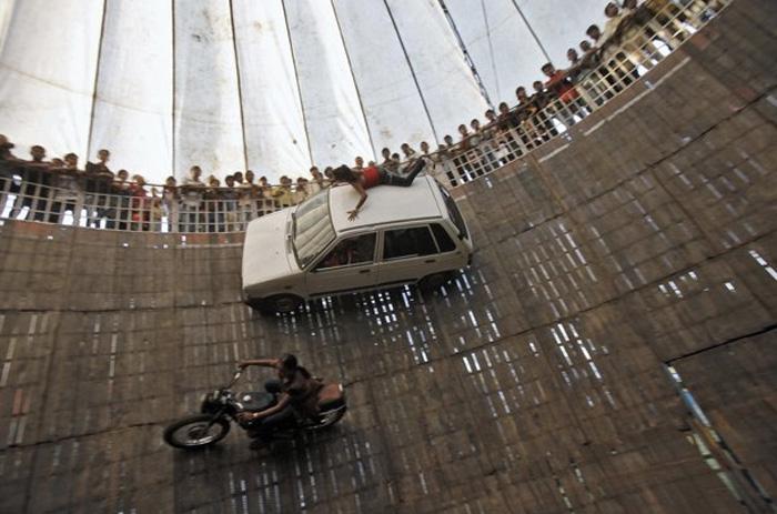 Даже на антиквариате на колесах, набрав бешеную скорость, некоторые участники заезда не бояться рискнуть проехать по самому краю цилиндра или исполнить парочку трюков.
