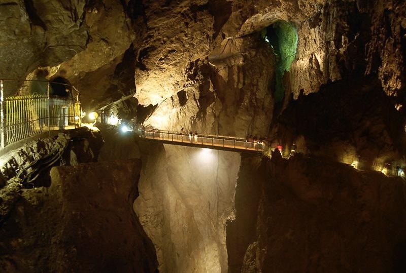 Шкоцянские пещеры, Словения Система подземных тоннелей и залов растянулась почти на 6 километров. Пещеры сформировали воды реки с незатейливым названием Река. В Шкоцянских пещерах располагается самый крупный в Европе грот, шириной 120 метров и длиной 300 метров. Помимо сталактитов и сталагмитов, в пещерах встречаются террасы осажденного карбоната кальция, отличающиеся разнообразием форм.