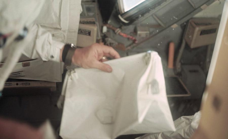 Та самая сумка, запечатленная на борту Апполона.