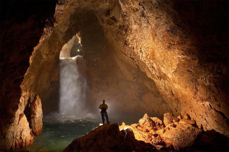 На глубине 200 метров пещера разветвляется на две главные ветви: Некуйбышевская (на 2010 год глубина 1697 м) и Основная ветвь (нынешняя глубина до 2196 м). Начиная с глубины 1300 метров основная ветвь разветвляется на множество других ветвей.