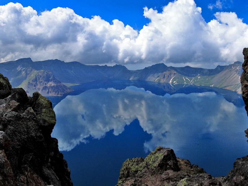 Озеро Чхонджи Озеро в кальдере вулканической горы Пэктусан вписано в Книгу рекордов Гиннесса как самое высокое кратерное озеро в мире. Площадь озера составляет 9,82 кв.км, а высота озера над уровнем моря — 2189 метров. Вода в озере настолько прозрачная и чистая, что на поверхности водоема можно разглядывать отражающийся окружающий ландшафт и небо.