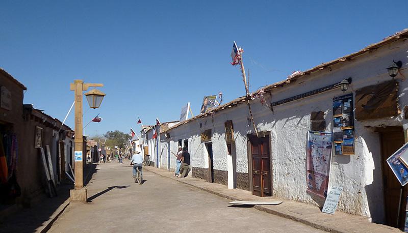 Сан-Педро-де-Атакама, Чили Пустыня Атакама является самой сухой пустыней на Земле. В среднем в год здесь выпадает 10 мм осадков. Растительности, как и обитателей, в пустыне крайне мало, а местами она и вовсе отсутствует. Несмотря на суровость условий, посреди пустыни расположен городок Сан-Педро-де-Атакама, в котором проживает около 5000 человек.