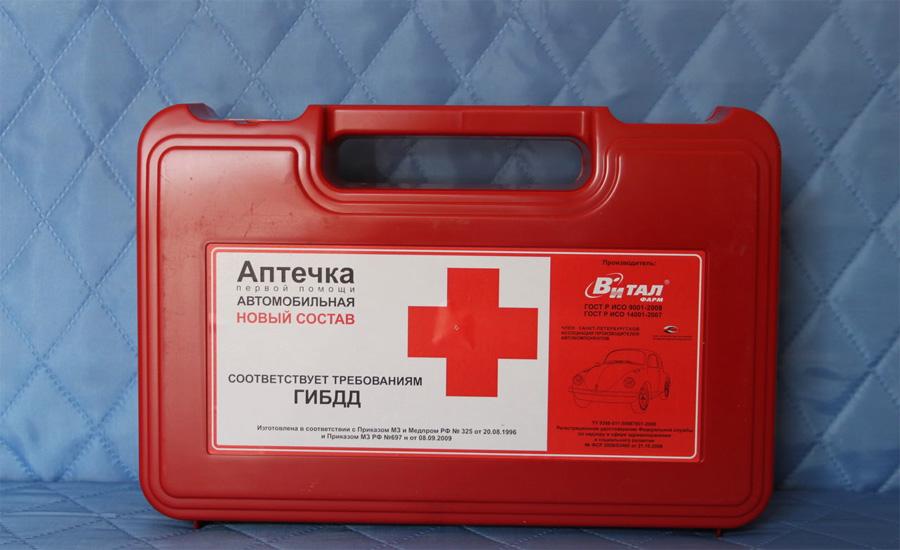 Аптечка Во-первых, присутствие аптечки в автомобиле обязательно по закону. Во-вторых, это действительно полезная вещь — никогда не знаешь, когда тебе пригодится помощь и лучше всего будет иметь какие-то козыри в рукаве.