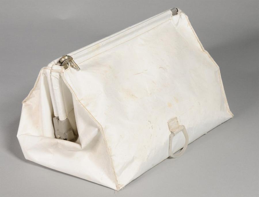 Сумка астронавта После наступившей в августе 2012 года смерти Нила, Кэрол Арсмтронг, его жена, связалась с Алланом Ниделлом смотрителем Смитсонянского национального музея авиации и космоса, сообщив, что «нашла кучу вещей, выглядящих так, будто они были частью космического корабля». Среди 18 найденных предметов, кроме 16-миллиметровой камеры, были: зеркало, силовой кабель, 10-миллиметровый объектив, страховочный трос и несколько сеток.