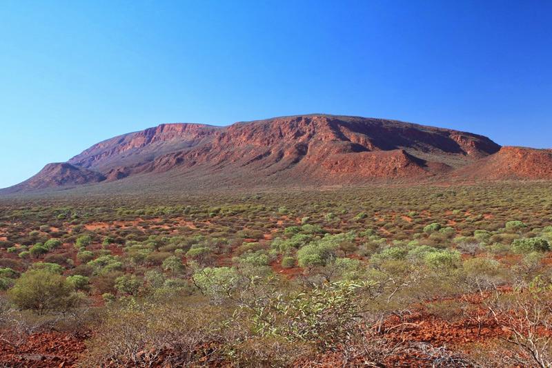 Огастус, Австралия Находится монолит на территории одноименного национального парка в Австралии. Геологическое образование возвышается над окружающей равниной на 860 метров. Площадь, которую занимает монолит, составляет 47,95 кв.км.