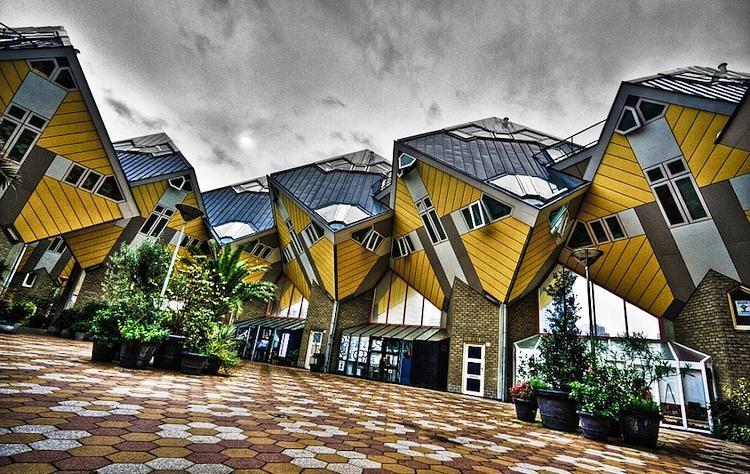 Кубический дом Роттердам, Нидерланды На самом деле к жизни в Kijk-Kubus`е можно достаточно быстро привыкнуть. По замыслу архитектора Пита Блома, каждый дом вмещает в себя 3 этажа, расположенных под нормальным углом, с кухней, ванной, спальней и всеми остальными комнатами, характерными для обычных домов.