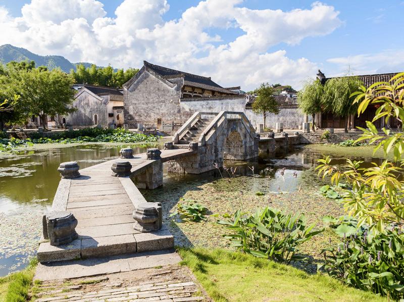Деревня Хунцунь Деревня была основана еще в эпоху правления южной династии Сун. Ее история насчитывает более 900 лет. Интерес представляет не только древняя архитектура, но и планировка, а также связь построек с системой гидротехнических сооружений и водоснабжения.