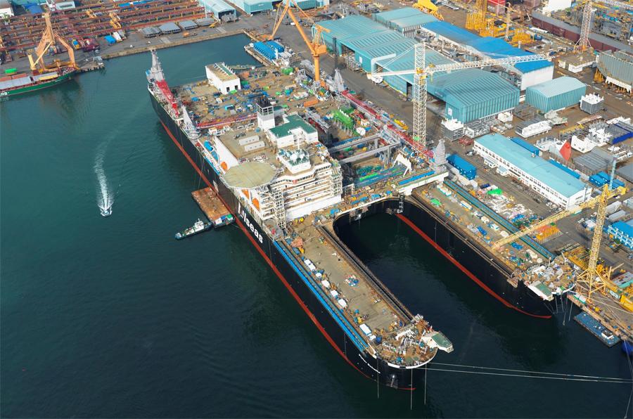 Силовые установки Необходимую для движения судна энергию вырабатывают восемь дизельных двигателей MAN, мощностью 11.2 МВт каждый, которые сгруппированы в отдельных отсеках попарно. Электрическая энергия, вырабатываемая электрогенераторами, заставляет вращаться лопасти 13 силовых установок, мощностью 5.5 МВт, изготовленных компанией Rolls Royce, и их мощности достаточно для разгона судна до скорости 14 узлов.