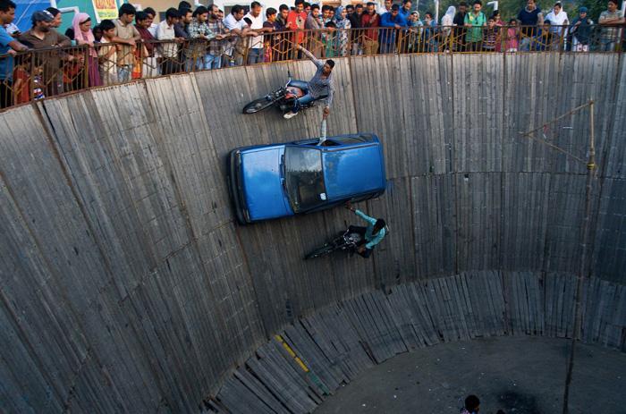 По большому счету индийские гонщики не меняли правил заезда. Самой экстремальной в мире их версию «Колодца Смерти» сделало то, что они пренебрегли всеми возможными требованиями техники безопасности. Из местных экстремалов почти никто не использует какую-либо защиту, не надевает шлемы и не применяет страховку.
