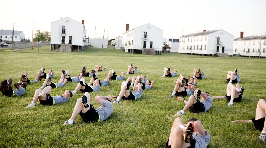 Растяжка Солдату, да и обычному человеку, важно быть не только сильным, но и гибким. Растяжка повышает вашу гибкость, разрабатывает суставы и дает возможность двигаться быстрее и четче. Делайте ее сразу после разминки, уделяя упражнениям не меньше десяти минут.