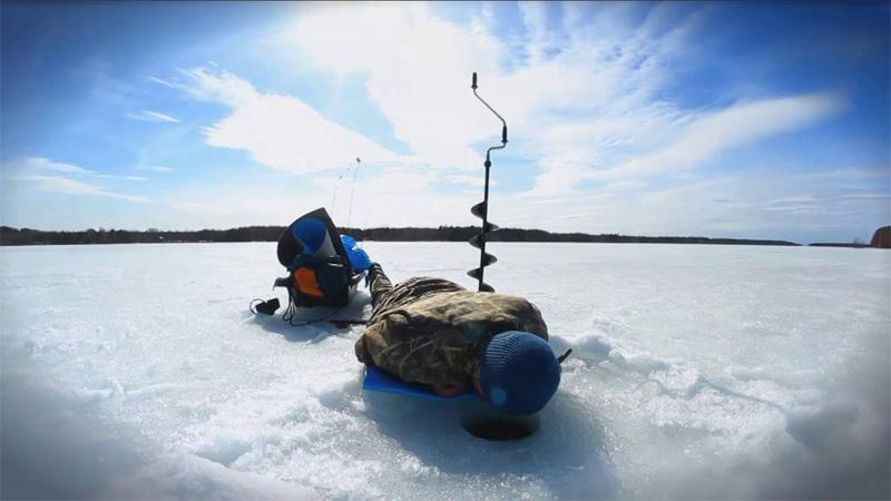 Хитрости Рыба перемещается в горизонтальной плоскости, а ваши лунки (вот сюрприз-то) просверлены вертикально вниз. Большая рыба часто срывается на глубине именно из-за того, что большая нагрузка на леску приходится именно в те мгновения, когда вы пытаетесь перевести вашу рыбешку из горизонтального положения в вертикальное. Чтобы избежать ненужных потерь в оснастке, попытайтесь определить положение хвоста пойманной на крючок рыбы. Подождите, пока он не окажется ниже головы и тогда смело тяните свой улов.