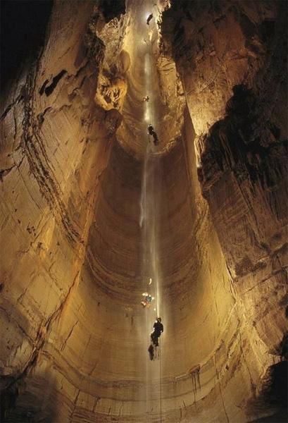 В 2004 году пещера Крубера-Воронья стала единственной известной пещерой в мире с глубиной более чем 2000 метров. 19 октября впервые в истории спелеологии преодолели 2-километровый рубеж − 2080 м.