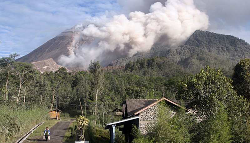 Остров Ява, Индонезия Вулкан Мерапи является самым активным из 128 вулканов Индонезии. Небольшие извержения происходят около 2-х раз в год, крупные — каждые 7 лет. Последнее такое извержение, произошедшее в 2010 году, унесло жизни 353 человек. У подножия вулкана живут примерно 500 000 индонезийцев.