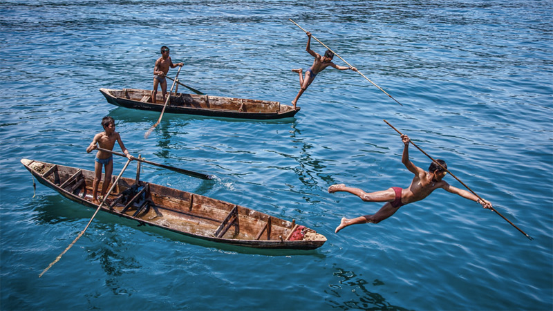 Морские цыгане во время рыбалки. Кочевой народ мокен — это одно из 135 этнических племен Бирмы. Они живут в гармонии с морем, которые является для них и домом, и главным источником пропитания и дохода.