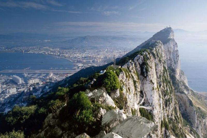 Гибралтарская скала, Гибралтар Монолитная известняковая скала высотой 426 метров образовалась около 200 млн лет назад в результате столкновения Африканской и Евразийской тектонических плит. Внутри скалы находится более 100 пещер, сформировавшихся вследствие вымывания кальцита из известняка. Скала образует полуостров, на западном склоне которого располагается сам город и заповедник берберийских макак.