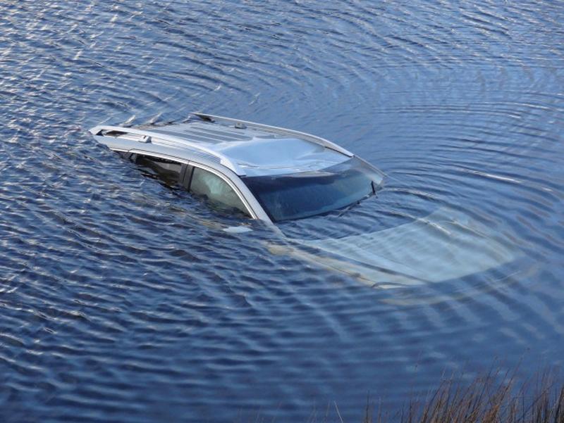 Шаг второй Постарайтесь выбраться из машины до того, как она погрузится в воду полностью. Давление воды сильно препятствует открытию дверей, так что попробуйте опустить стекло и вылезти через окно. Если авария произойдет, электросистема автомобиля будет функционировать еще минуты три – как только автомобиль попадет в воду, проверьте электронику, попробовав опустить окно. Если не вышло, будьте готовы разбить его.