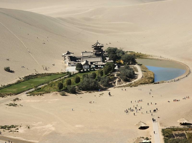 Озеро Юэяцюань В самом сердце пустыни Гоби находится уникальный оазис, представляющий собой озеро в форме полумесяца. Рядом с озером располагается храм в традиционном стиле и сад. На фоне бескрайних песков Юэяцюань выглядит как мираж.
