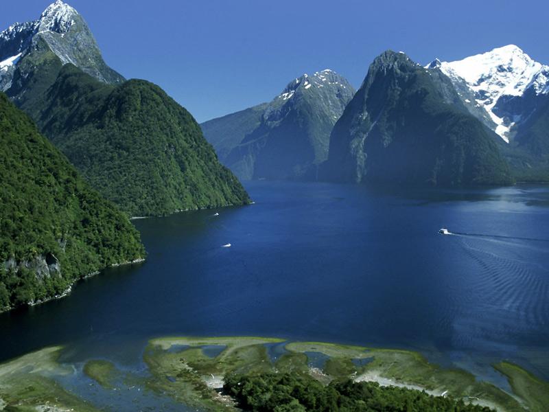 Фьордленд, Новая Зеландия Площадь: 12 500 км² Крупнейший национальный парк Новой Зеландии занимает большую часть горной юго-западной части Южного острова. На одном из самых труднодоступных районов Новой Зеландии разместились невероятные фьорды, водопады и горные хребты. Горы Фьордленда входят в число самых влажных регионов на планете. В зонах парка проживают морские котики, толстоклювые пингвины, редкие виды птиц, а также крупнейшая в мире колония черных кораллов.