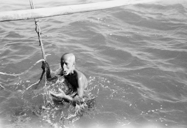 Для погружения ныряльщики используют привязанный к лодке камень. Они прыгают с ним в воду, после чего камень поднимают наверх и передают другому ныряльщику. Такую технику до сих пор используют ловцы индийского племени парава.