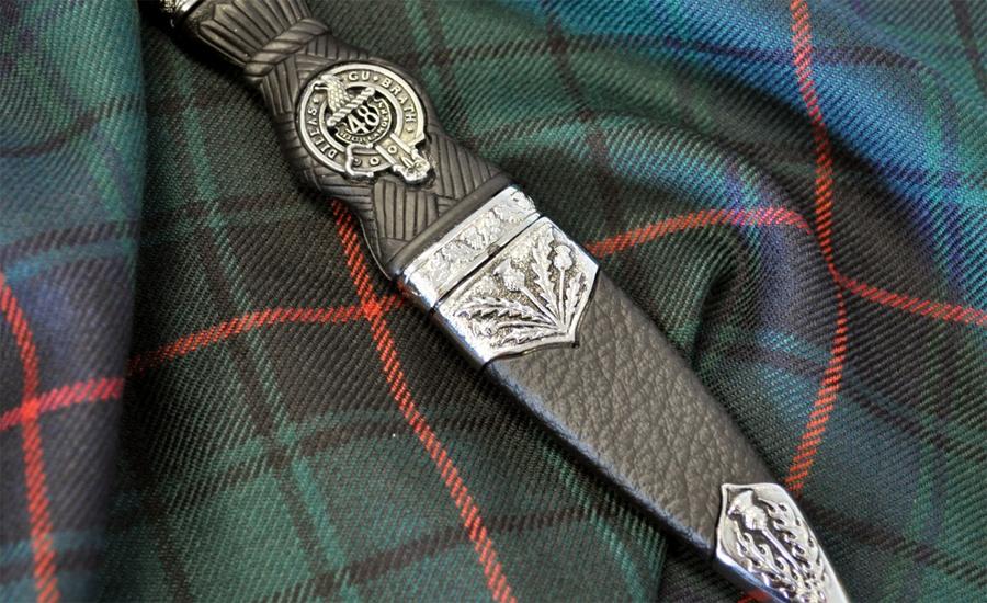 Шотландский Скин Ду Буквально Sgian Dubh переводится с гэльского как «Черный нож». Легенды гласят, что это название должно обозначать цвет лезвия ножа, побывавшего в гуще схватки. Более прозаичные исследователи считают, что название возникло из-за скрытного способа ношения ножа. На данный момент Скин Ду превратился в элемент национального костюма гордого горца — по прямому назначению их, конечно же, уже никто не применяет.